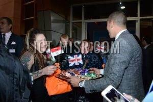 إستقبال السائحين البريطانيين بالورود والأعلام